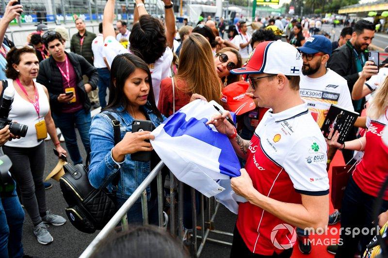 Kimi Raikkonen, Alfa Romeo Racing firma un autografo ad un fan