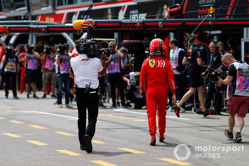 Sebastian Vettel, Ferrari camina de vuelta a boxes