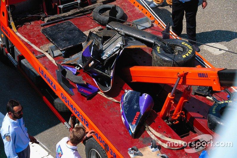 Escombros de Simtek S941 Ford de Roland Ratzenberger después de su fatal accidente durante la calificación
