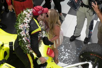 Simon Pagenaud, Team Penske Chevrolet, embrasse sa fiancée Hailey McDermott sur la Victory Lane