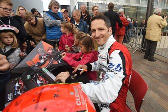 #39 Graff Racing Oreca 07-Gibson: Vincent Capillaire signs autographs