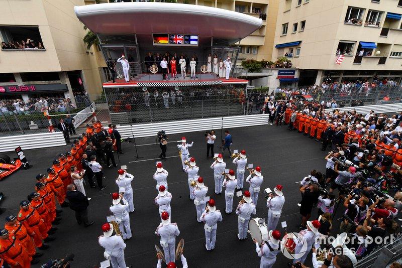Una banda de música toca los himnos nacionales para la ceremonia del podio
