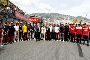 The drivers lead the tribute to the late Niki Lauda held on the grid prior to the start