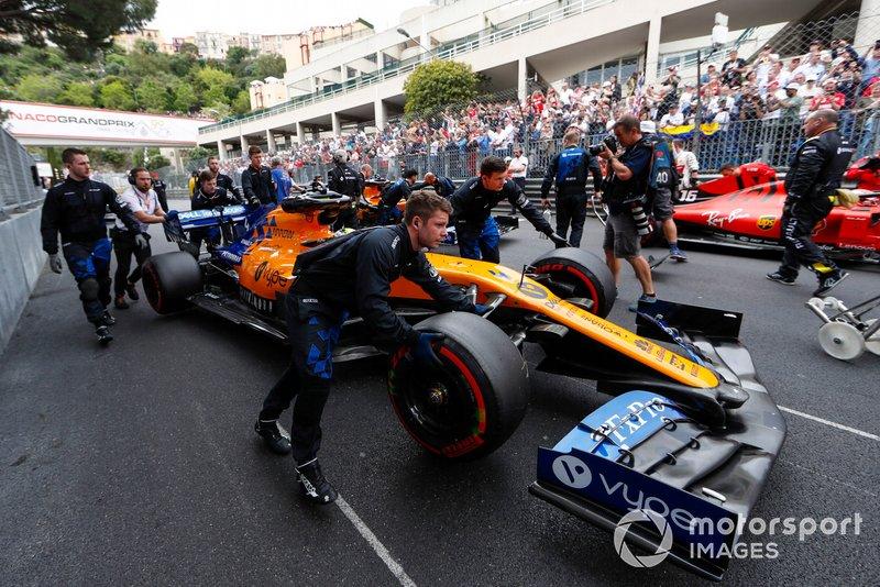 Lando Norris, McLaren MCL34, arrives on the grid