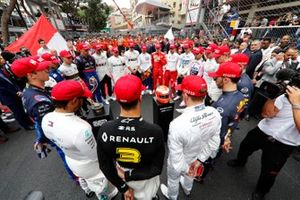 The drivers lead the tribute to the late Niki Lauda prior to the start