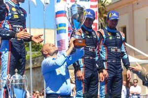 Подиум: руководитель Hyundai Shell Mobis WRT Андреа Адамо, обладатели третьего места Андреас Миккельсен и Андерс Егер