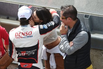 Fernando Alonso, Toyota Gazoo Racing is congratulated by girlfriend Linda Morselli