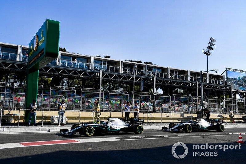 Valtteri Bottas, Mercedes AMG W10 e Lewis Hamilton, Mercedes AMG F1 W10, si preparano per l'inizio della sessione