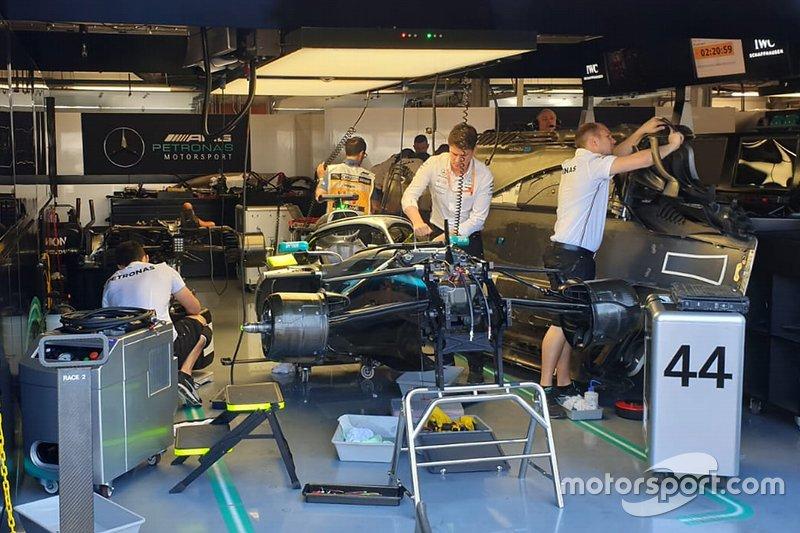Antes da corrida, a Mercedes identificou um vazamento no carro de Hamilton e teve que correr contra o tempo pra colocar o piloto na pista em tempo.