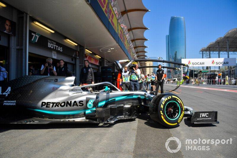 Lewis Hamilton, Mercedes AMG F1 W10, quitte le garage