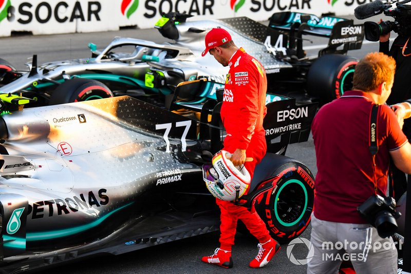Гонщик Ferrari Себастьян Феттель изучает Mercedes AMG F1 W10 Валттери Боттаса