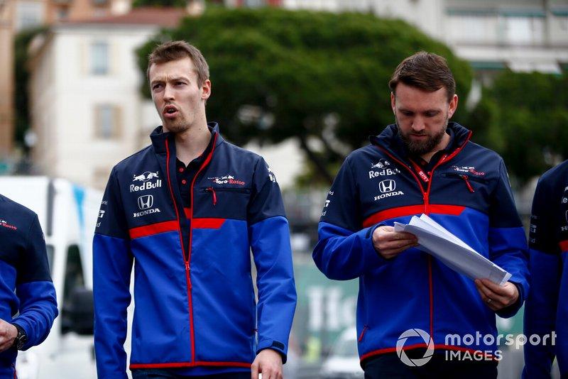 Daniil Kvyat, Toro Rosso, ispeziona il circuito