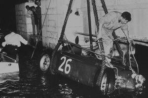 La voiture d'Alberto Ascari, Lancia D50, repêchée après être tombée dans les eaux du port