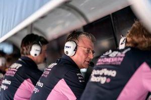 Otmar Szafnauer, Team Principal et PDG de Racing Point sur le muret des stands