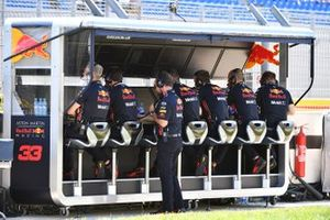 Christian Horner, Team Principal, Red Bull Racing, and the Red Bull team on the pit wall