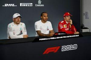 Valtteri Bottas, Mercedes AMG F1, Lewis Hamilton, Mercedes AMG F1, en Charles Leclerc, Ferrari, tijdens de persconferentie na de kwalificatie