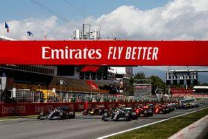 Lewis Hamilton, Mercedes AMG F1 W10 voor Valtteri Bottas, Mercedes AMG W10 bij de start van de race