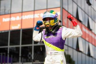 Beitske Visser celebra en Parc Ferme después de la carrera