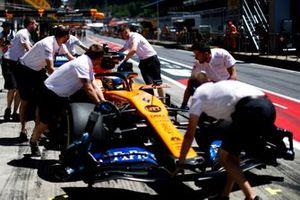 Lando Norris, McLaren MCL34, dans la pit lane