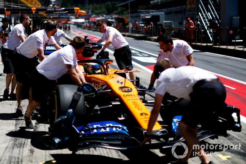 Lando Norris, McLaren MCL34, nella pit lane