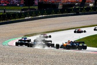 Daniel Ricciardo, Renault F1 Team R.S.19, devant Nico Hulkenberg, Renault F1 Team R.S. 19, Romain Grosjean, Haas F1 Team VF-19, Robert Kubica, Williams FW42, et Carlos Sainz Jr., McLaren MCL34, au départ