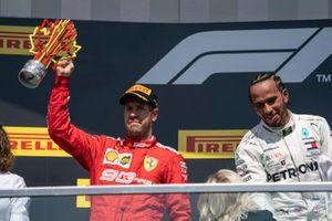 Sebastian Vettel, Ferrari, seconda posizione, solleva il suo trofeo sul podio
