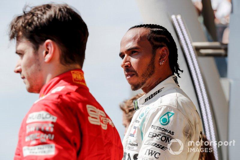 Charles Leclerc, Ferrari, terza posizione, e Lewis Hamilton, Mercedes AMG F1, prima posizione, sul podio