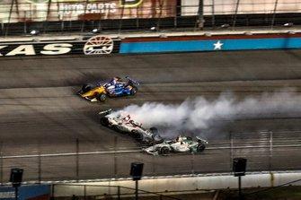 L'incidente di Scott Dixon, Chip Ganassi Racing Honda, e Colton Herta, Harding Steinbrenner Racing Honda, Alexander Rossi, Andretti Autosport Honda