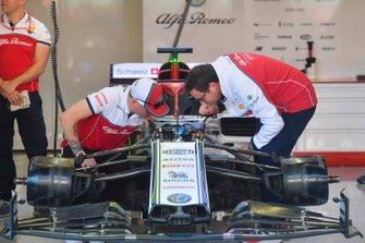 Kimi Raikkonen, Alfa Romeo Racing, parla con gli ingegneri