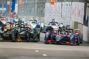Sam Bird, Envision Virgin Racing, Audi e-tron FE05 challenges Andre Lotterer, DS TECHEETAH, DS E-Tense FE19 around the outside