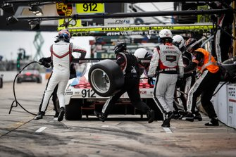 #912 Porsche GT Team Porsche 911 RSR, GTLM: Mathieu Jaminet, Earl Bamber, Laurens Vanthoor, pit stop