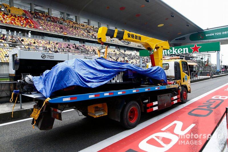 El coche dañado de Alexander Albon, Toro Rosso STR14, es devuelto a boxes al final de los entrenamientos 3