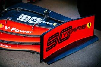 Le logo anniversaire sur l'aileron avant de la Ferrari SF90