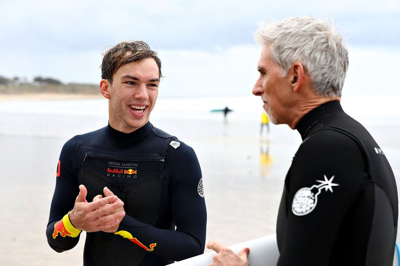 Pierre Gasly, Red Bull Racing, va a fare surf con Damon Hill