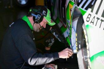 Kyle Busch, Joe Gibbs Racing, Toyota Camry Interstate Batteries crew