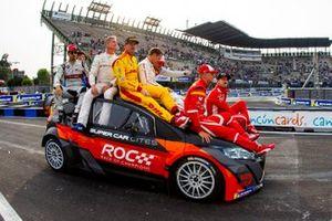 Vuelta de honor de los pilotos del Equipo Mundial, que celebran su victoria