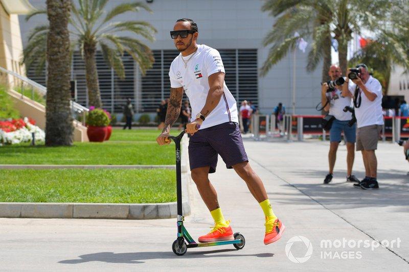 Lewis Hamilton, Mercedes AMG F1, à trottinette dans le paddock
