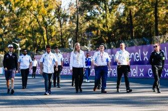 Alexander Sims, BMW I Andretti Motorsports, e Antonio Felix da Costa, BMW I Andretti Motorsports, ispezionano il circuito con il team