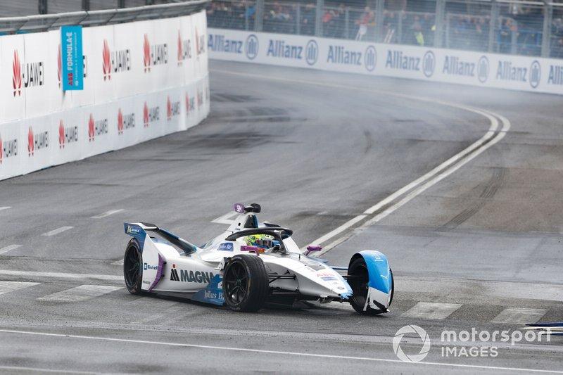 Alexander Sims, BMW I Andretti Motorsports, BMW iFE.18 senza ala anteriore dopo una collisione