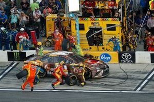 Kyle Busch, Joe Gibbs Racing, Toyota Camry M&M's Chocolate Bar, pit stop