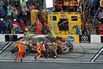 Kyle Busch, Joe Gibbs Racing, Toyota Camry M&M's Chocolate Bar, pit stop