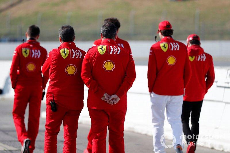 Mattia Binotto, directeur de Ferrari, Charles Leclerc, Ferrari, John Elkann, président de FIAT, et des membres de l'équipe