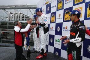 Podio Gara 2: il secondo classificato Patrick Kujala, Bonaldi Motorsport; il vincitore della gara Simone Iaquinta, Ghinzani Arco Motorsport, il terzo classificato Jaden Conwright, Dinamic Motorsport