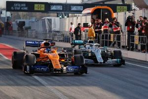 Carlos Sainz Jr, McLaren MCL34 et Valtteri Bottas, Mercedes-AMG F1 W10 EQ Power+
