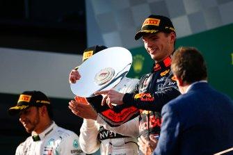 Le troisième, Max Verstappen, Red Bull Racing, montre son trophée