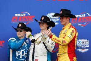 Josef Newgarden, Team Penske Chevrolet, Colton Herta, Harding Steinbrenner Racing Honda, Ryan Hunter-Reay, Andretti Autosport Honda, sur le podium, avec du champagne