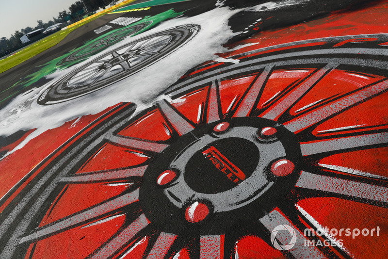 Marca Pirelli en una zona de de escape
