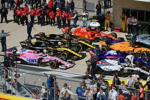 Nico Hulkenberg, Renault Sport F1 Team e Sergey Sirotkin, Williams Racing, nel parco chiuso