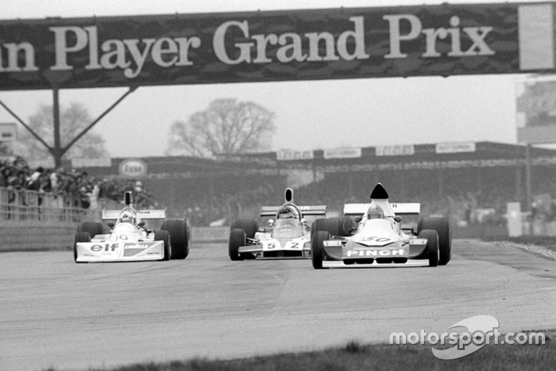 John Nicholson Lyncar 006 #50 devant Lella Lombardi March 751 #10 et Tony Trimmer Safir Cosworth #52
