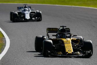 Nico Hulkenberg, Renault Sport F1 Team R.S. 18, leads Lance Stroll, Williams FW41